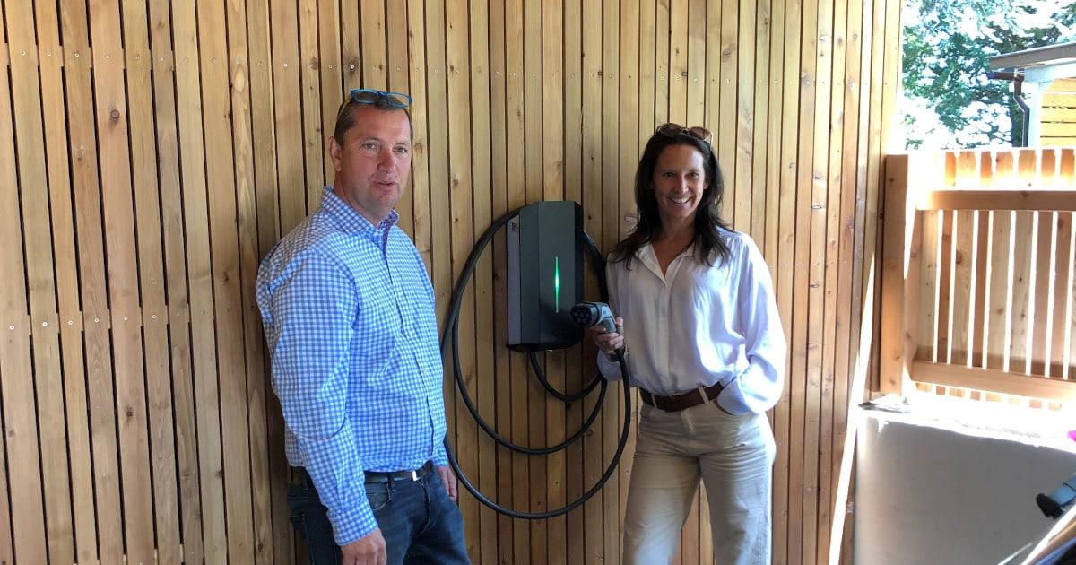 Maria Köstinger und Andreas Göttinger bei der neu installierten Wallbox von Elektroauto-laden.at